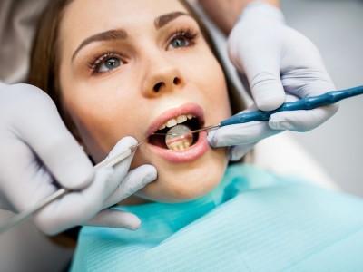 Compuestos dentales bioactivos y agentes adhesivos con características remineralizantes y antibacteriales